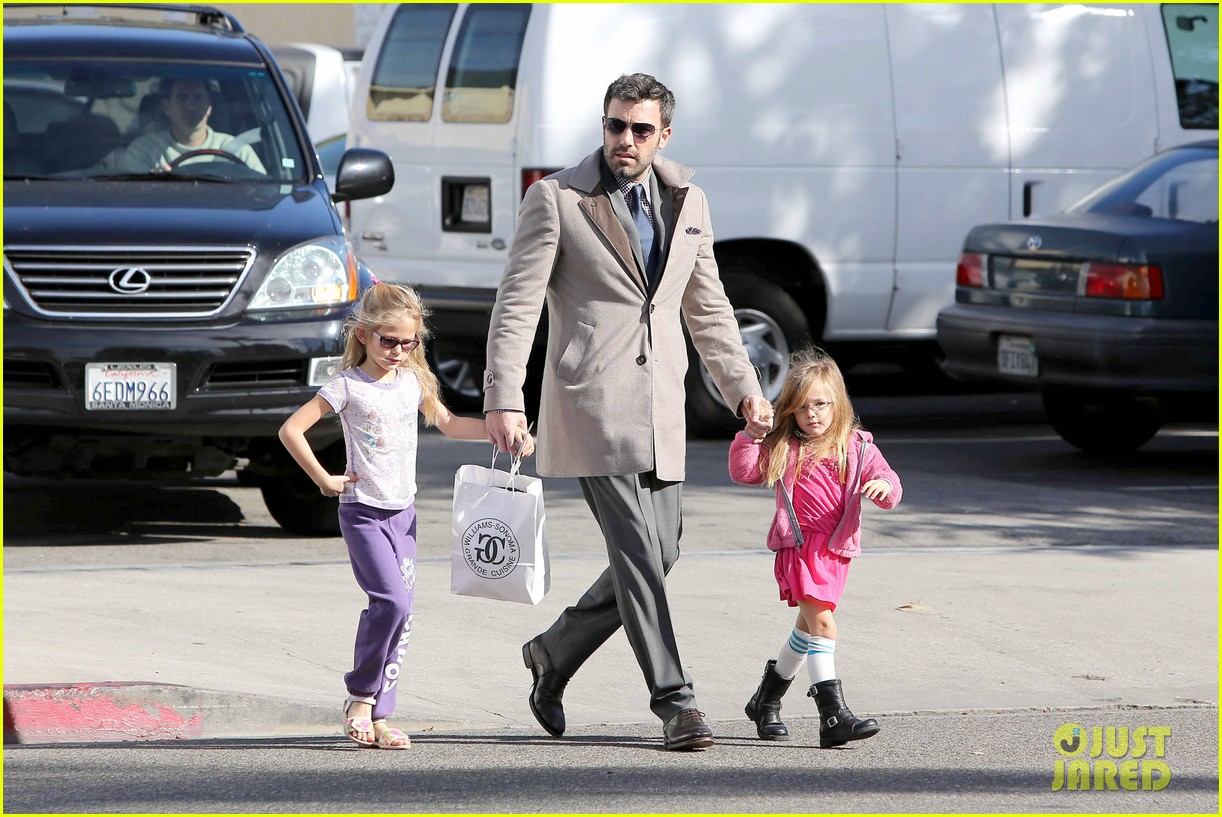 ben affleck williams sonoma shopping with the girls 11