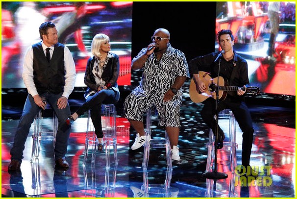 christina aguilera adam levine voice coaches sing green day for finale 01