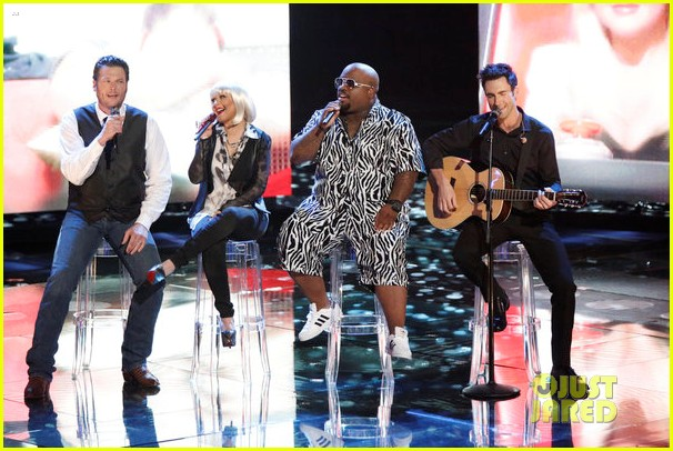 christina aguilera adam levine voice coaches sing green day for finale 02