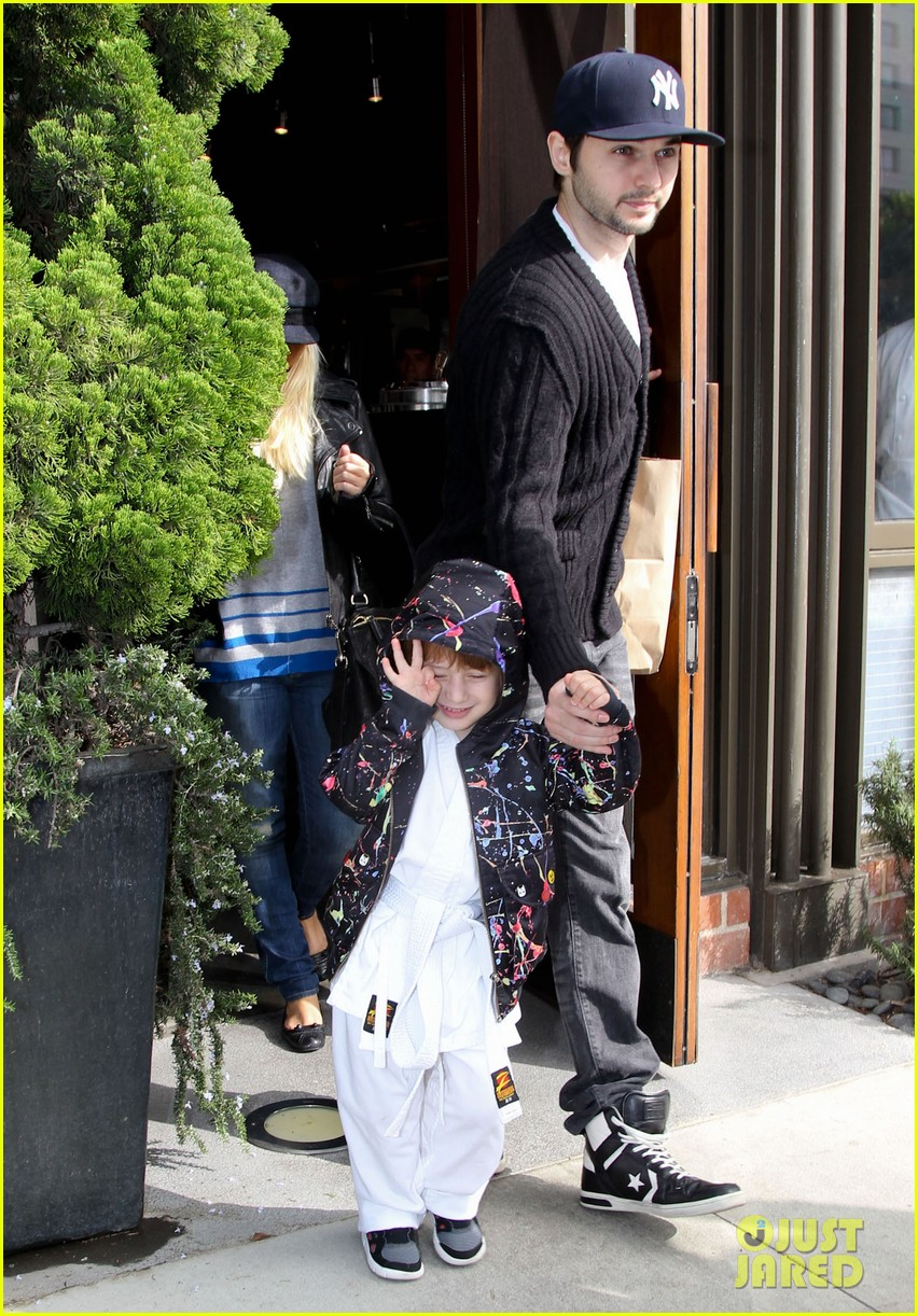 christina aguilera houstons lunch with karate boy max 11