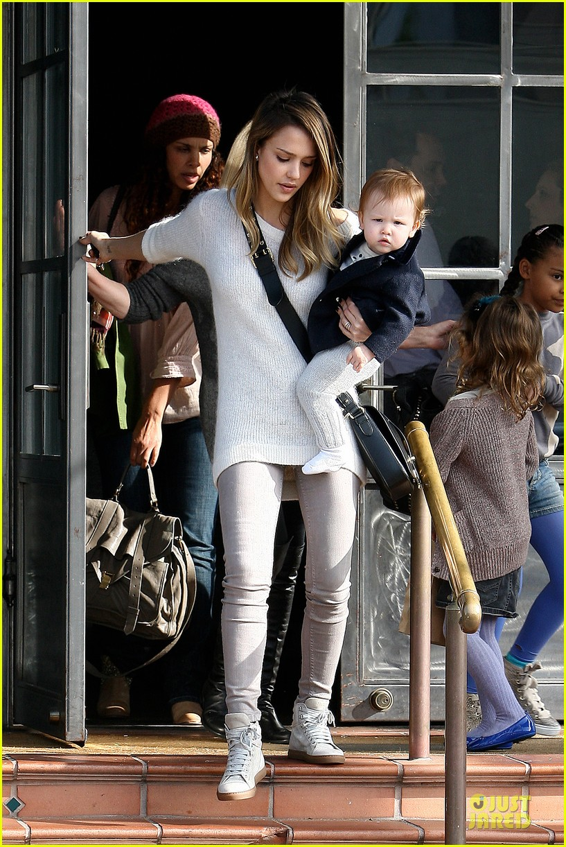 jessica alba tavern lunch with the kids 18