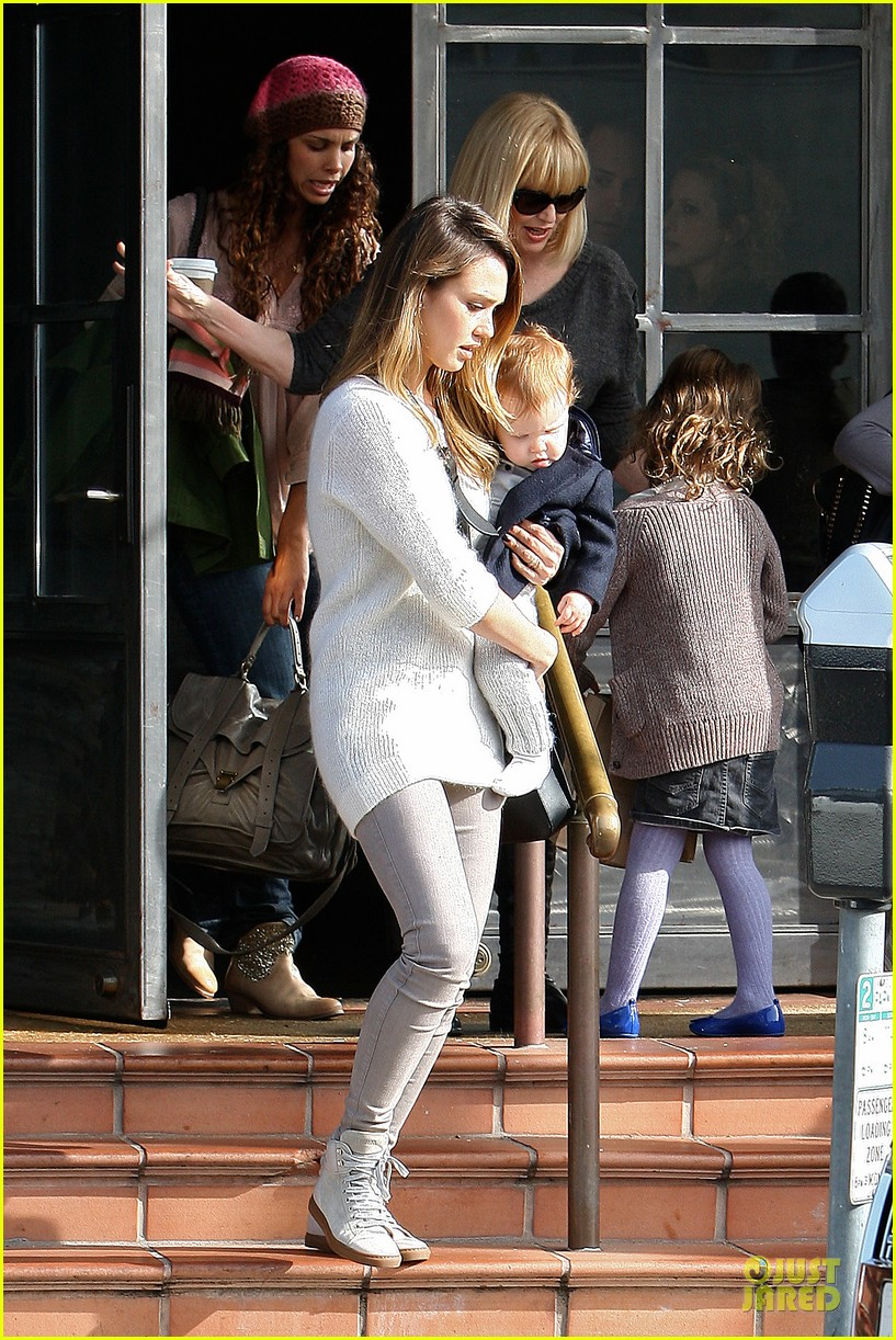 jessica alba tavern lunch with the kids 22
