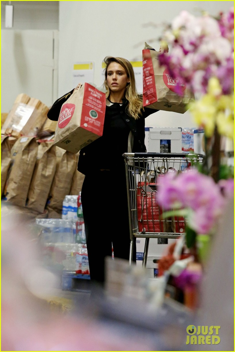 jessica alba whole foods shopper 03