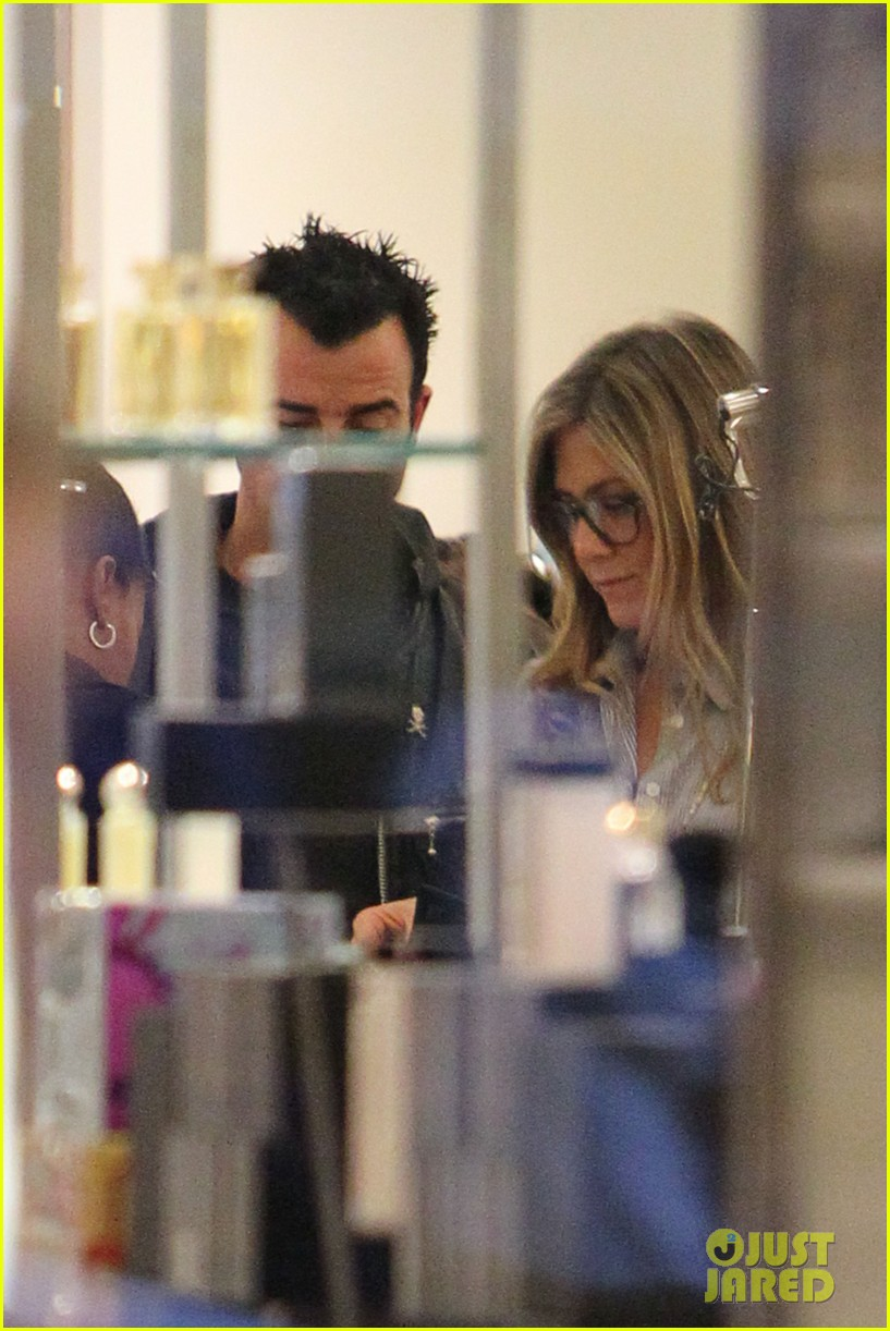 jennifer aniston justin theroux barneys new york shoppers 02