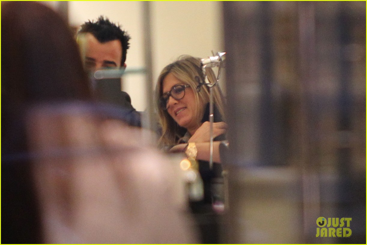 jennifer aniston justin theroux barneys new york shoppers 07