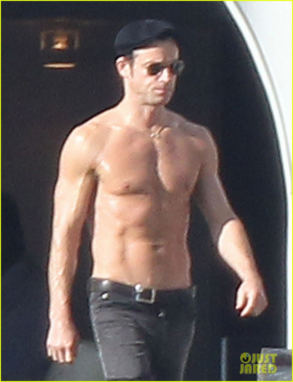 jennifer aniston bikini sunbathing with shirtless justin theroux 04