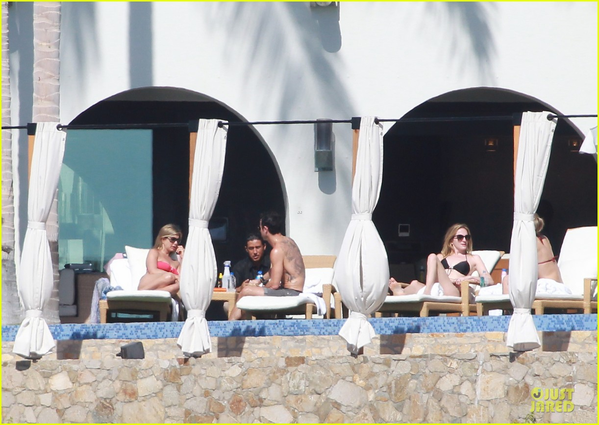 jennifer aniston justin theroux kissing cabo couple 07