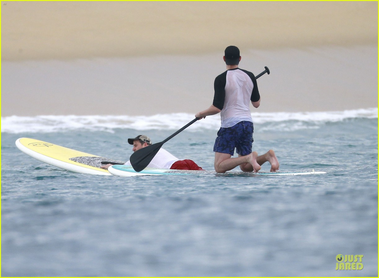 jennifer aniston & justin theroux paddle boarding fun with friends 01