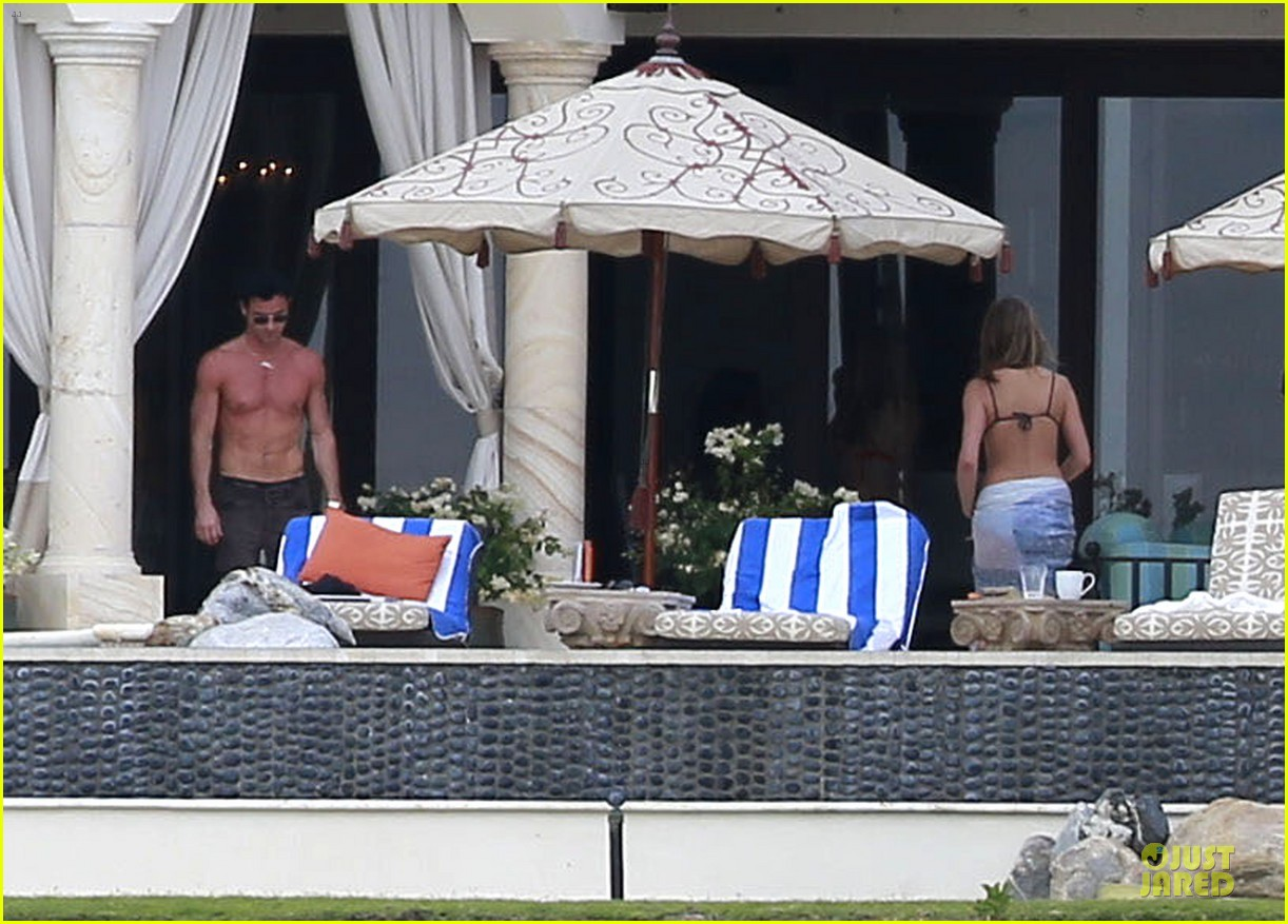 jennifer aniston & justin theroux paddle boarding fun with friends 20