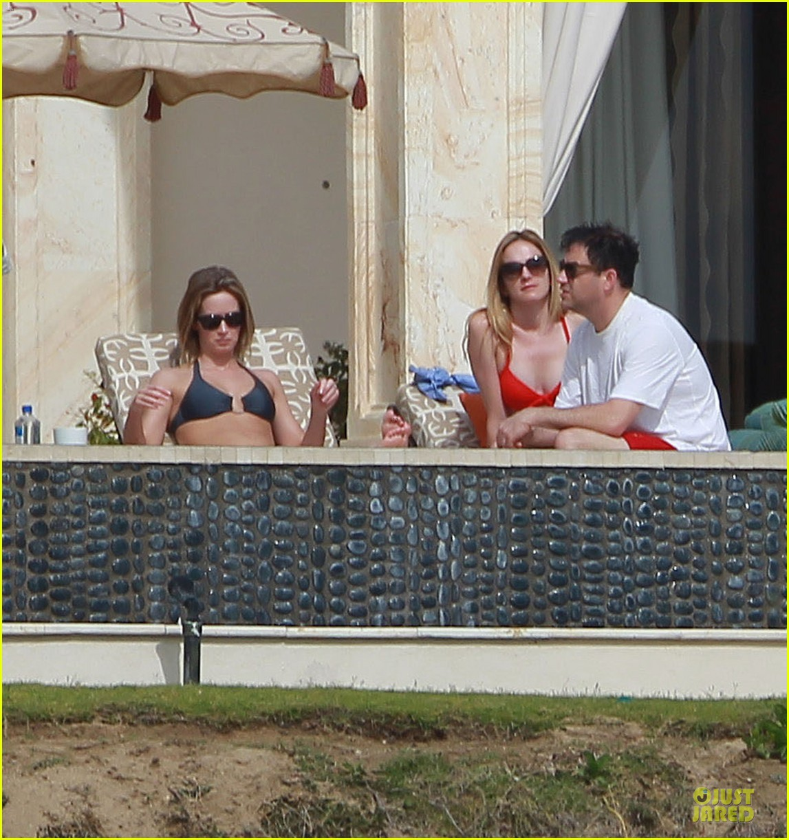 jennifer aniston & justin theroux paddle boarding fun with friends 24