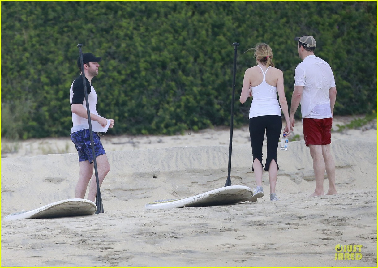 jennifer aniston & justin theroux paddle boarding fun with friends 272782135