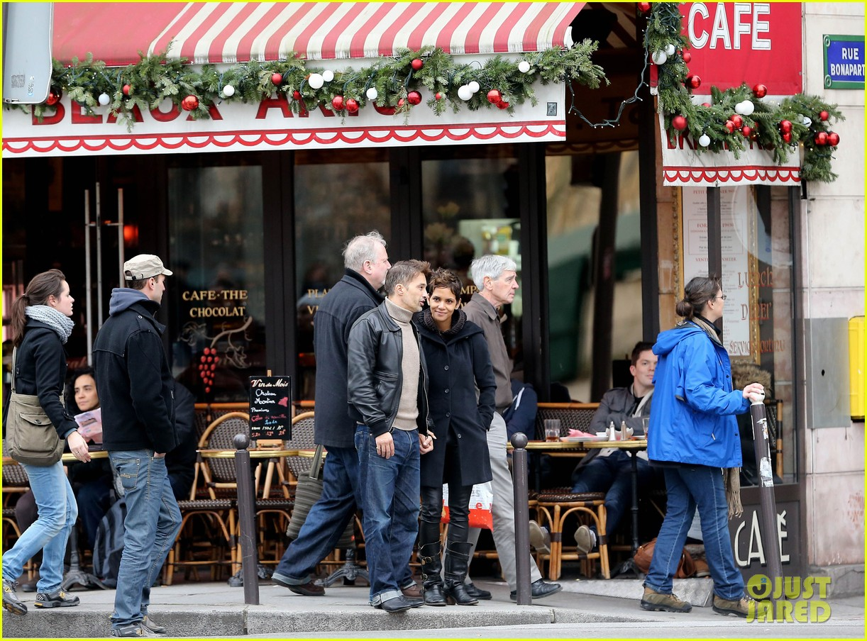 halle berry olivier martinez visit churches in paris 11