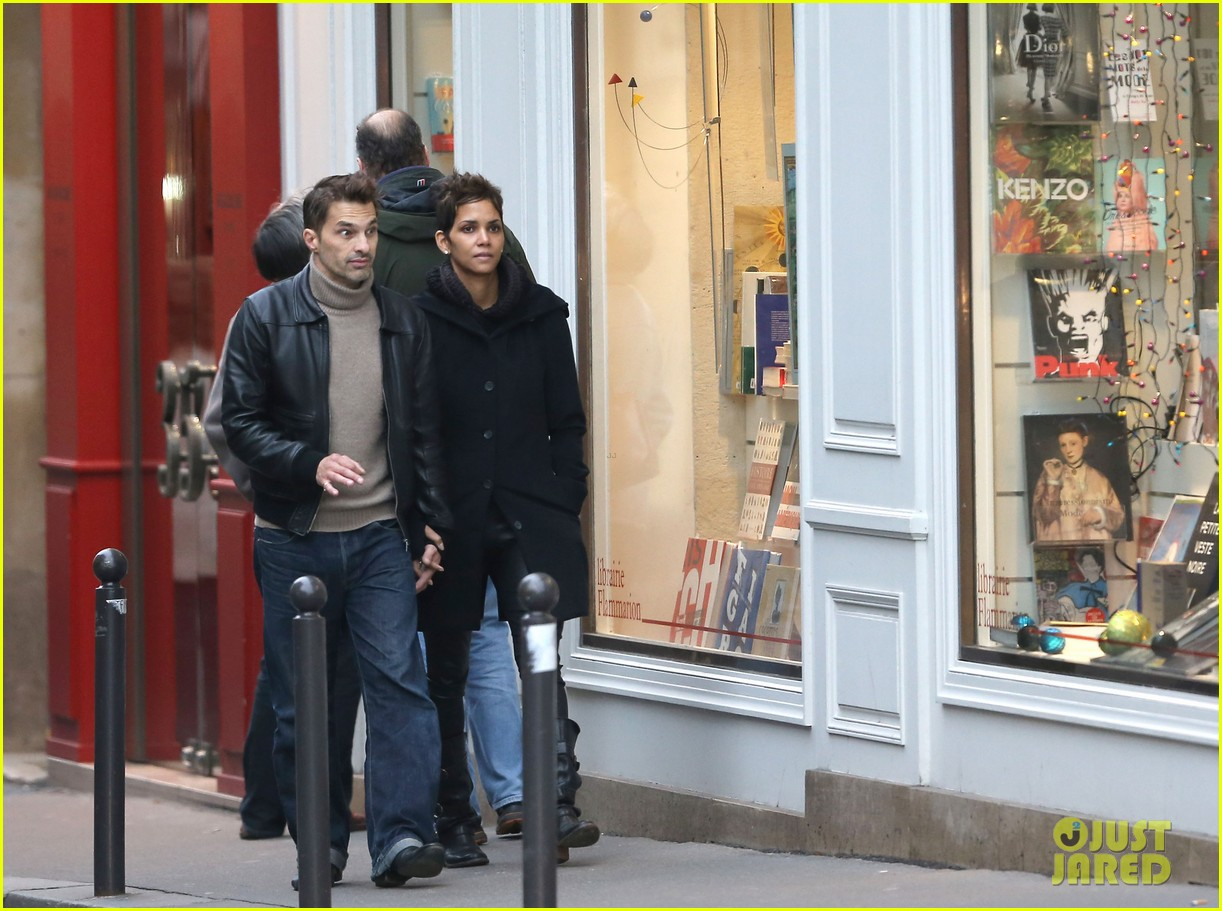 halle berry olivier martinez visit churches in paris 132780084