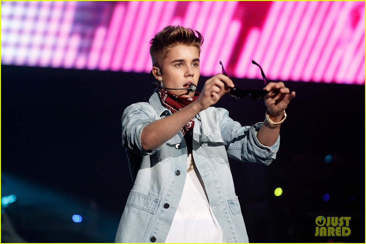 justin bieber performs after thwarted murder plot 24