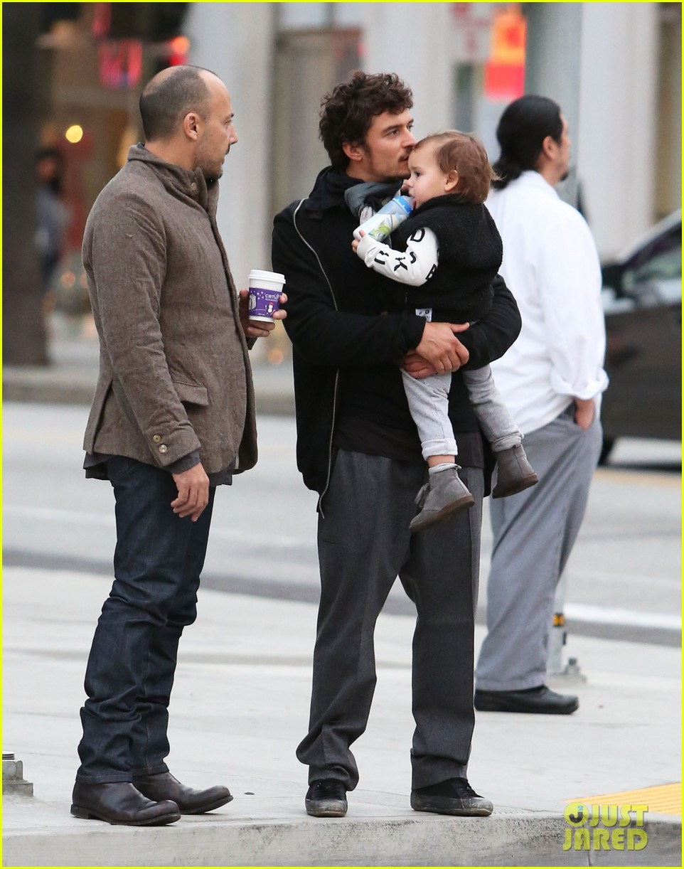 orlando bloom christmas shopping with flynn 21