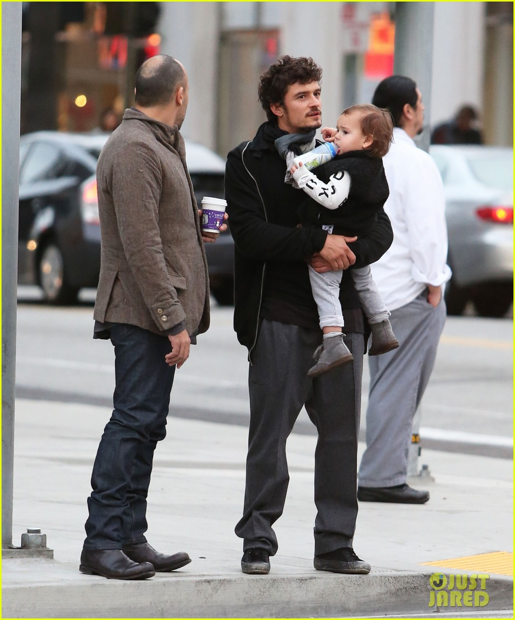 orlando bloom christmas shopping with flynn 23