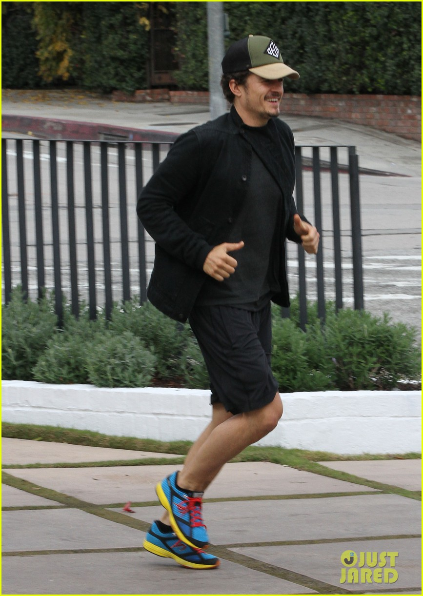 orlando bloom sprints to his car after shopping 072782186