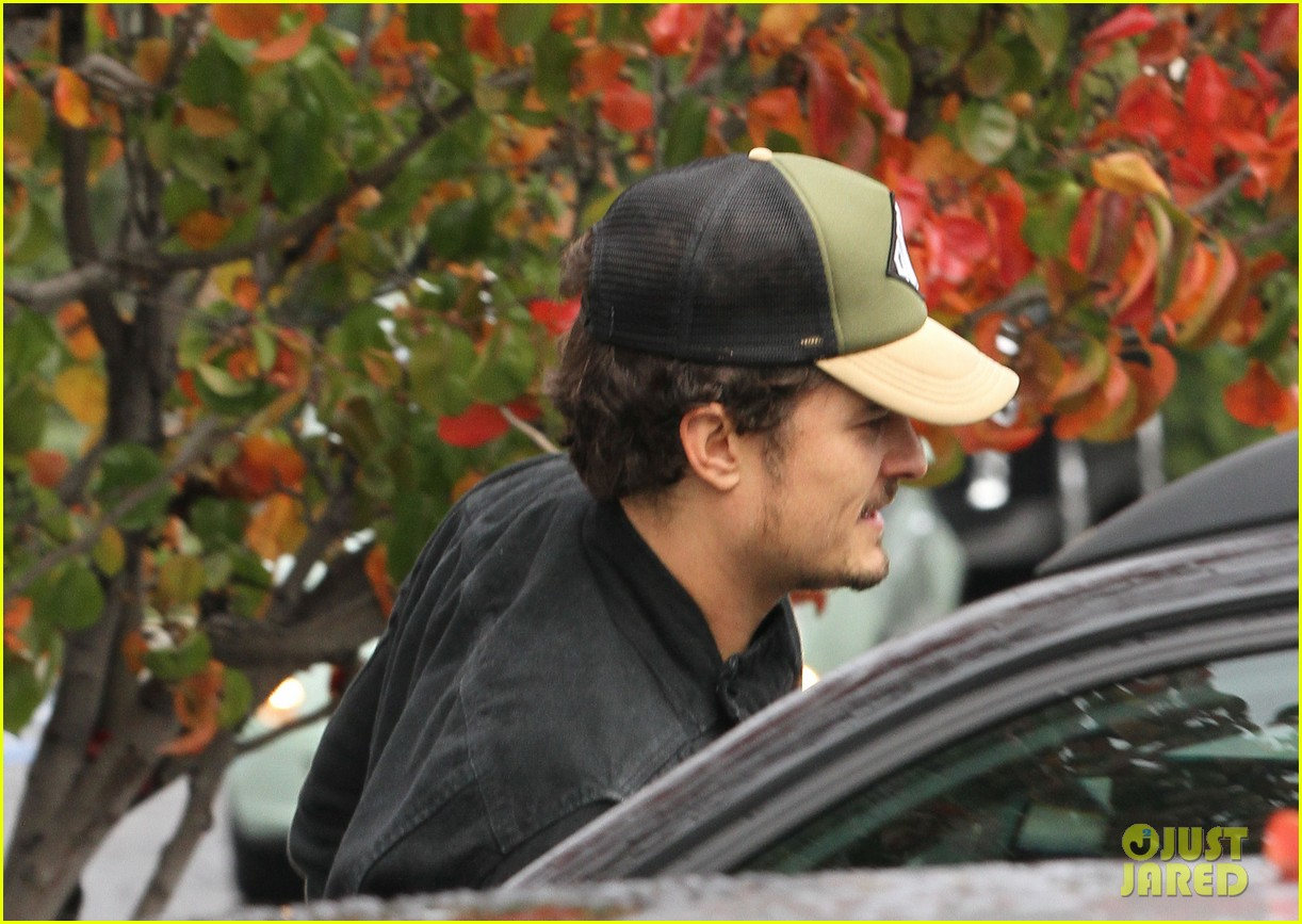 orlando bloom sprints to his car after shopping 11