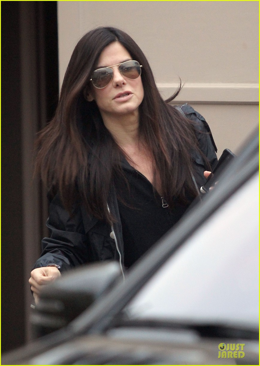 sandra bullock school drop off with rain boots 04