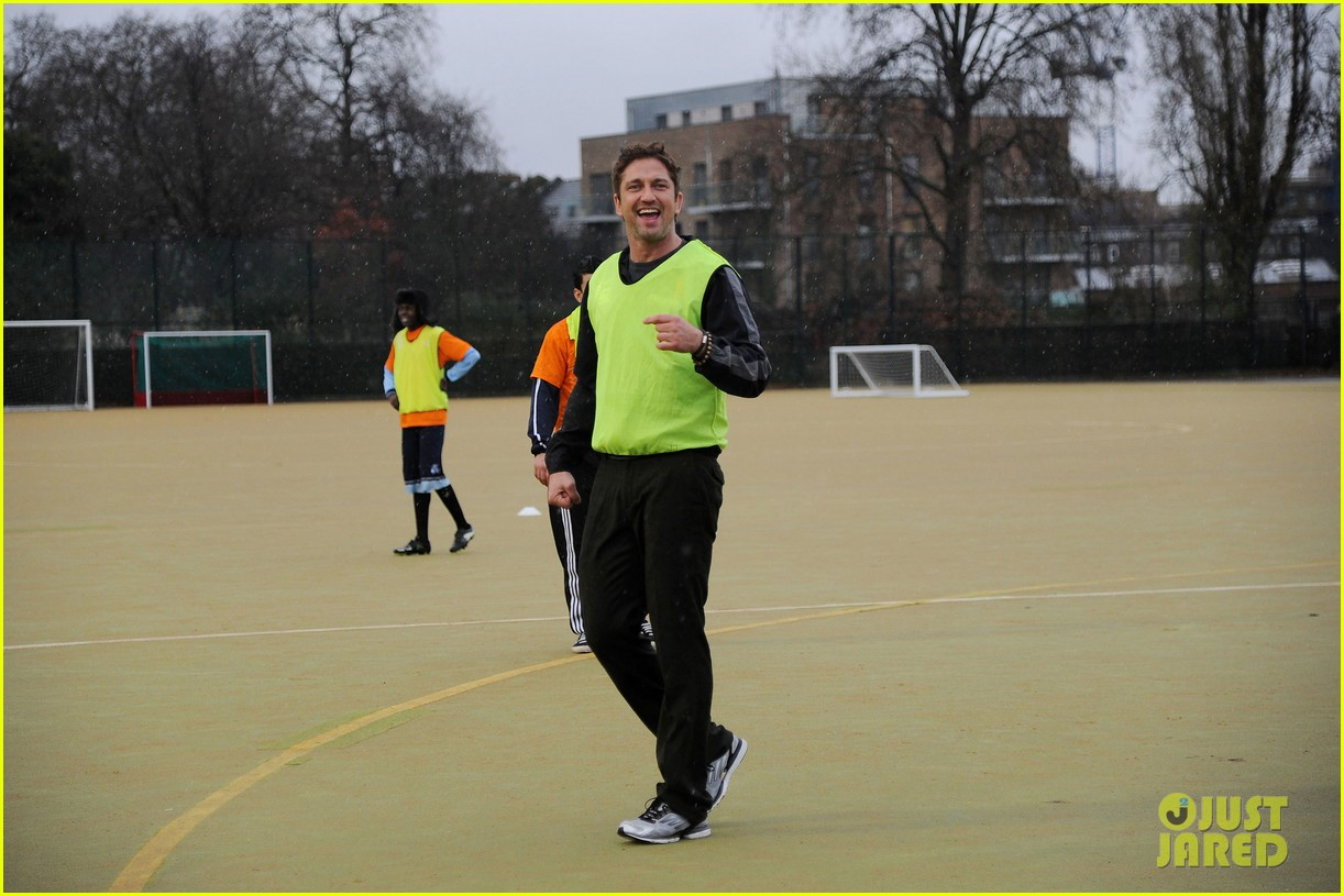 gerard butler street league charity soccer training 03