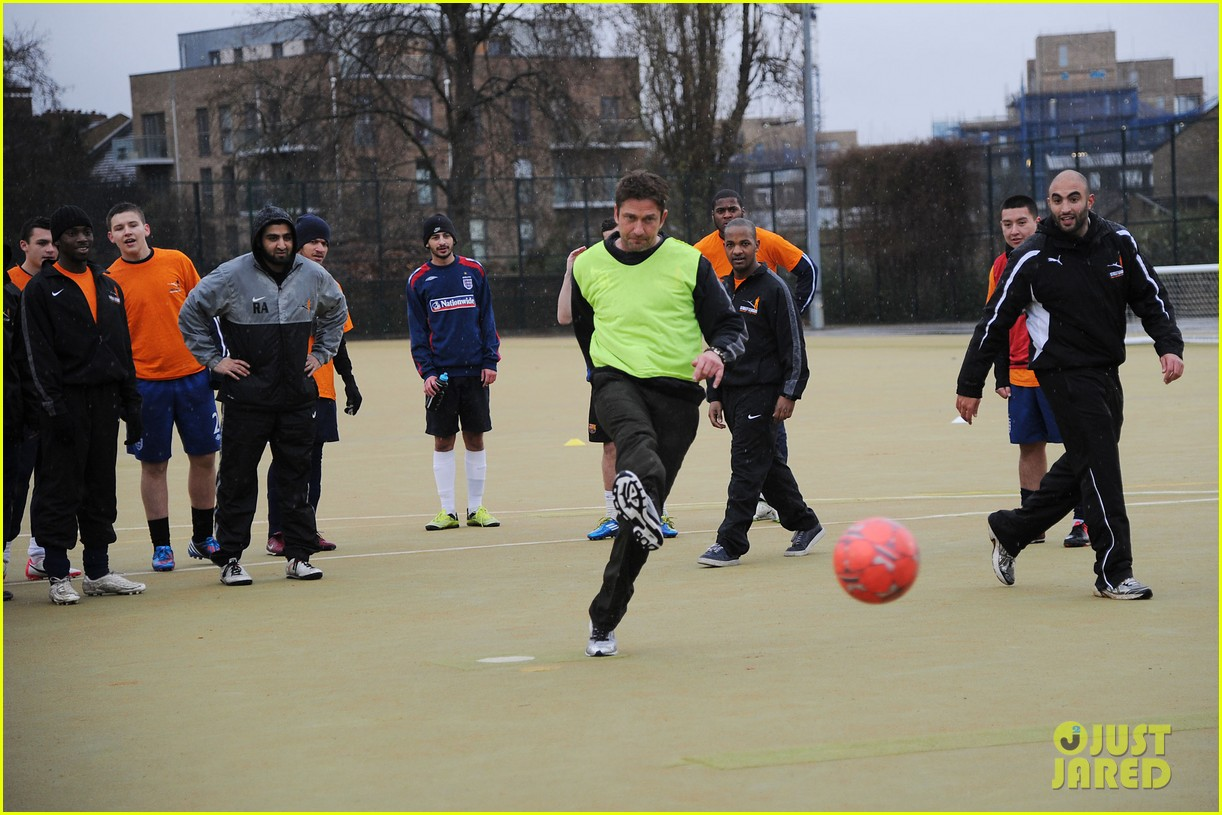 gerard butler street league charity soccer training 05