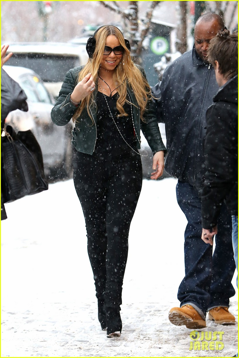 mariah carey giving away santa hats to lambs 09