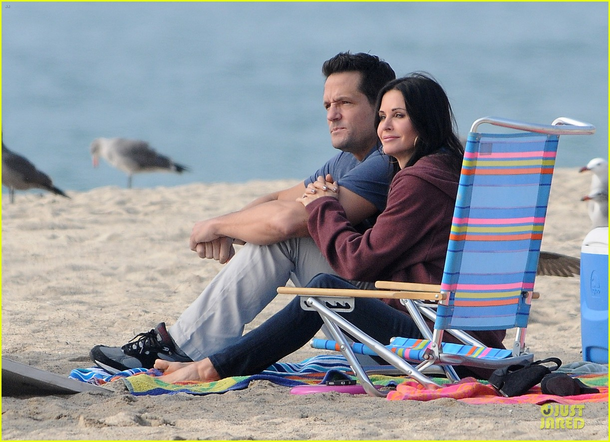 courteney cox cougar town set with josh hopkins 15