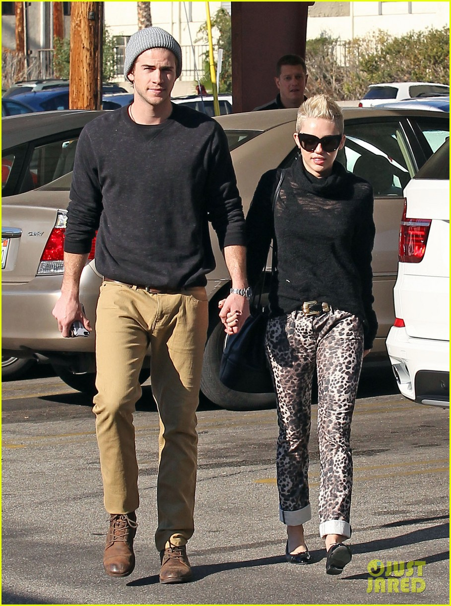 miley cyrus liam hemsworth holding hands at starbucks 012779793