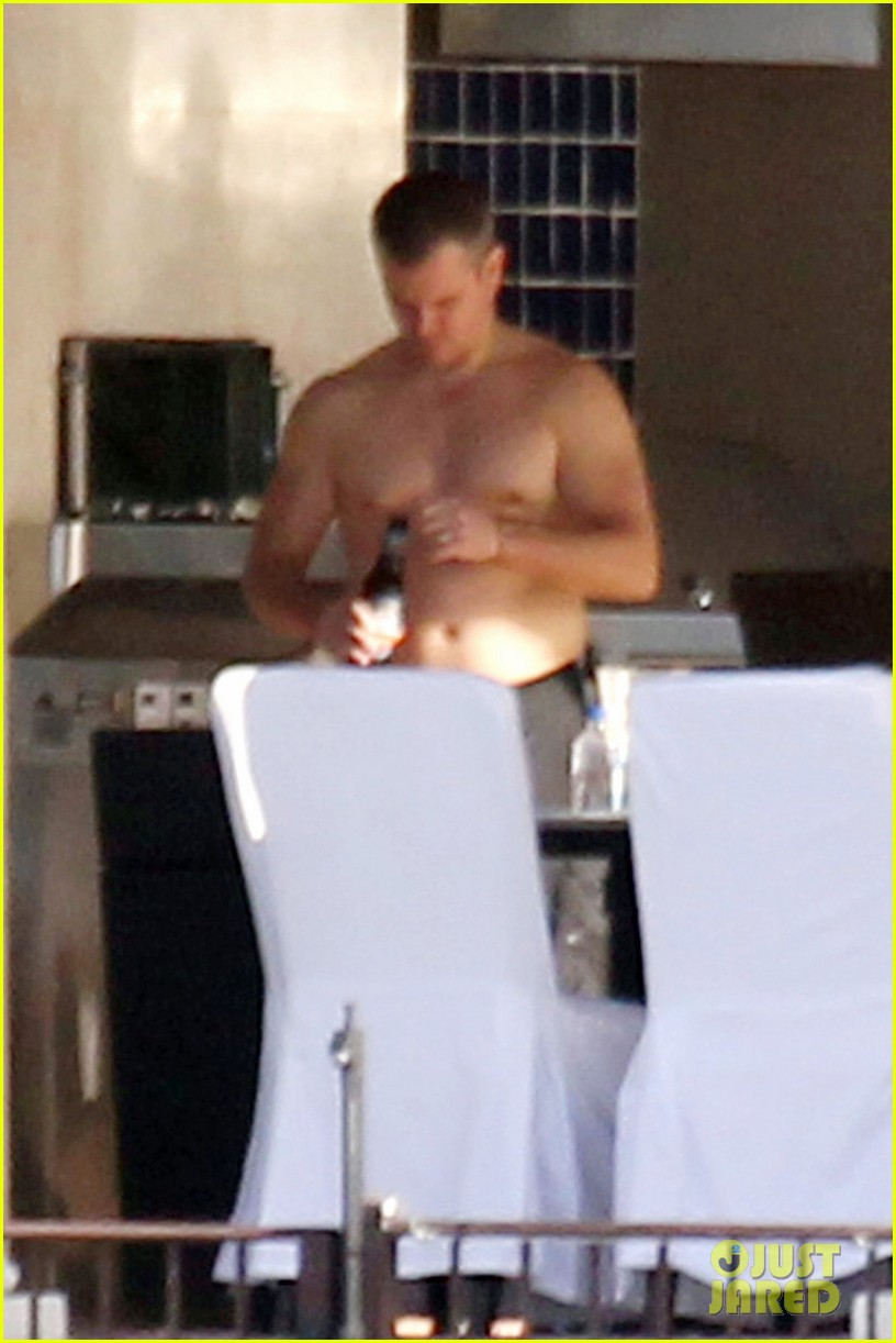matt damon shirtless poolside dad in miami 03
