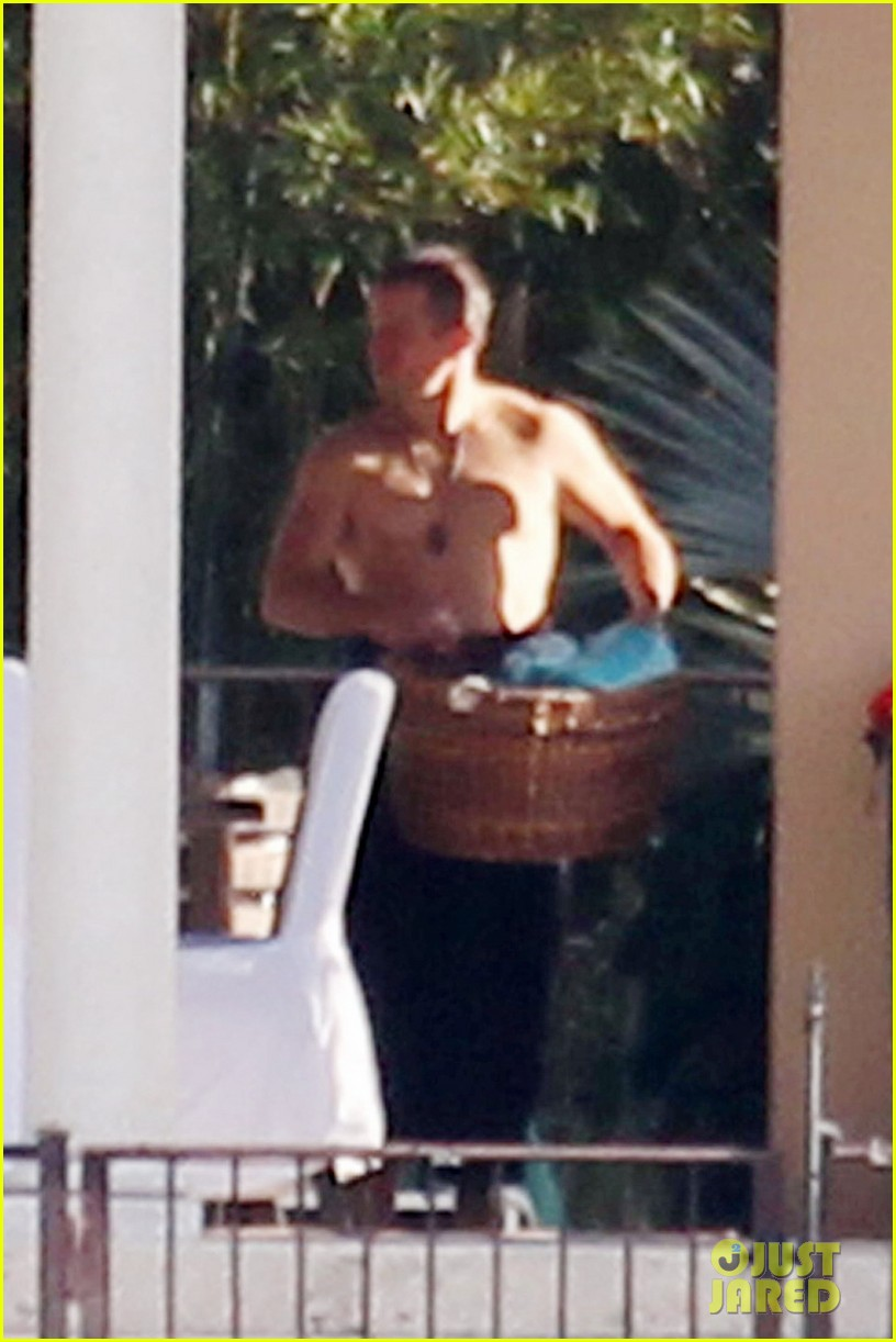 matt damon shirtless poolside dad in miami 08