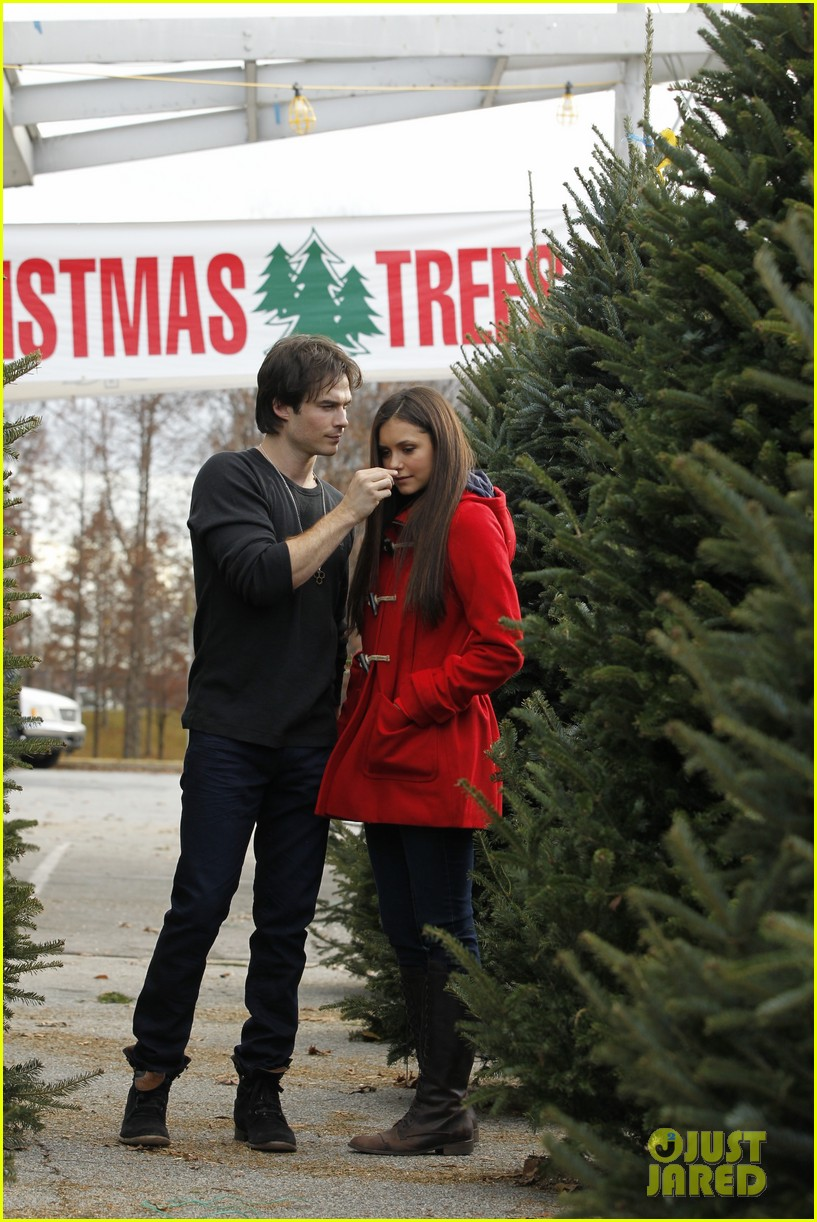 nina dobrev ian somerhalder christmas tree shopping 01