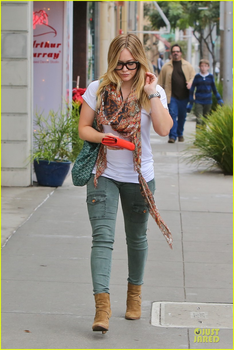 hilary duff sunday holiday shopping 01