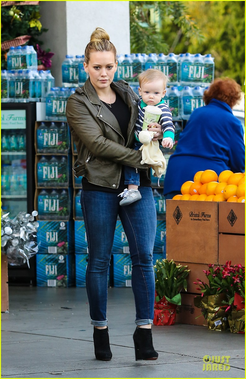 hilary duff & mike comrie grocery store kisses for luca 012780340