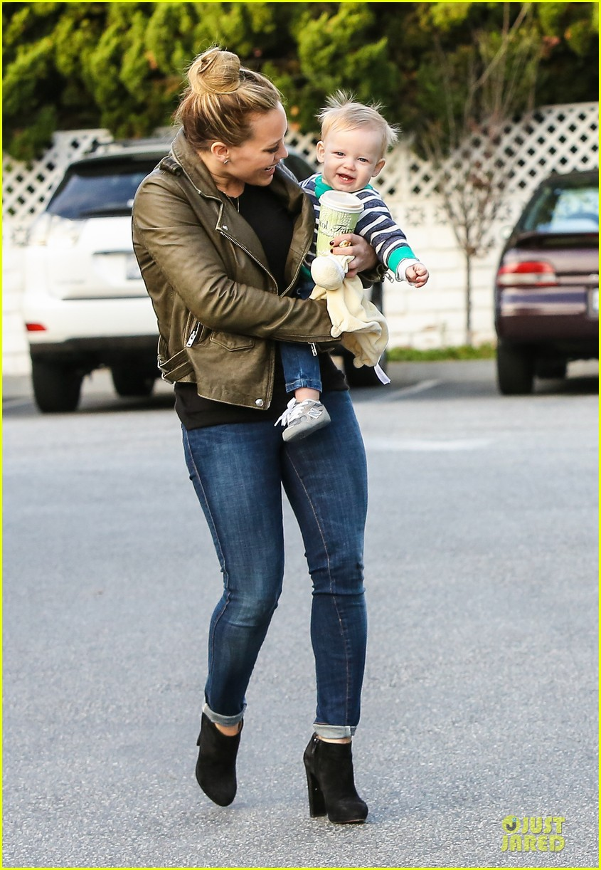 hilary duff & mike comrie grocery store kisses for luca 13