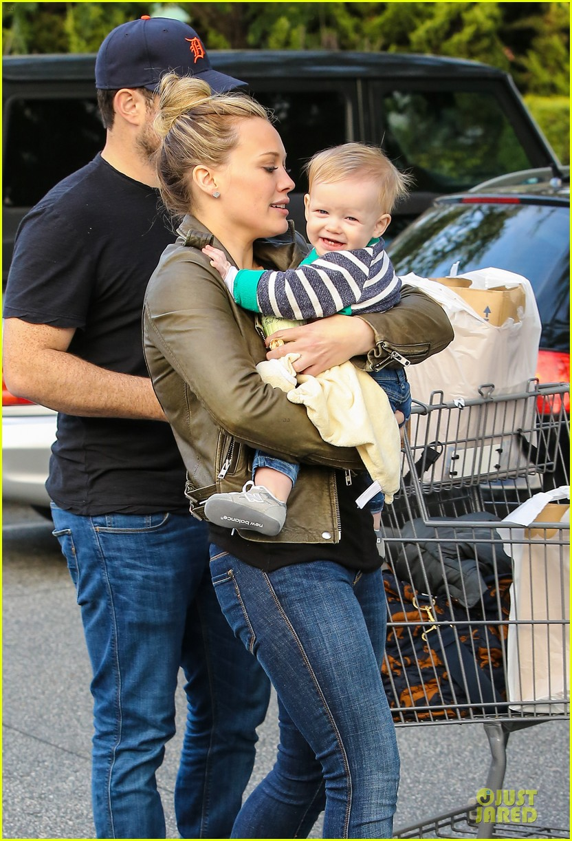 hilary duff & mike comrie grocery store kisses for luca 162780355