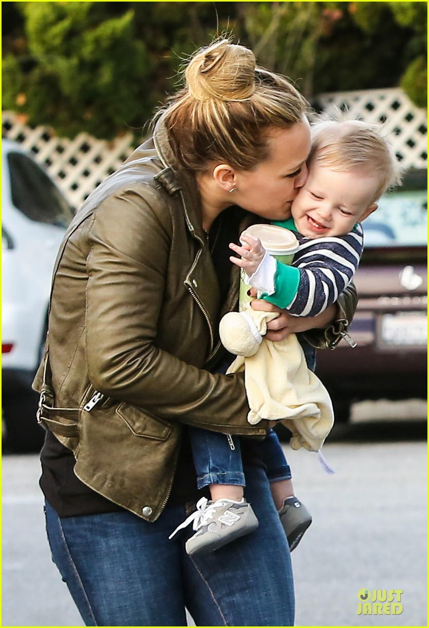 hilary duff & mike comrie grocery store kisses for luca 19