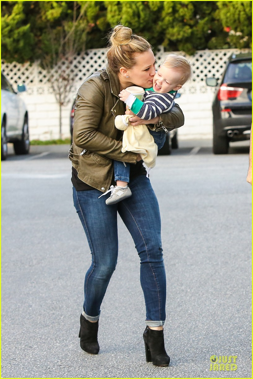 hilary duff & mike comrie grocery store kisses for luca 22