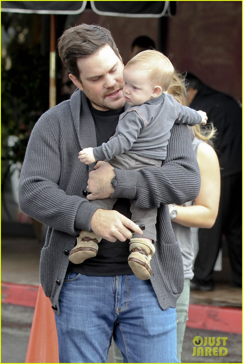 hilary duff mike comrie shopping baby luca 02