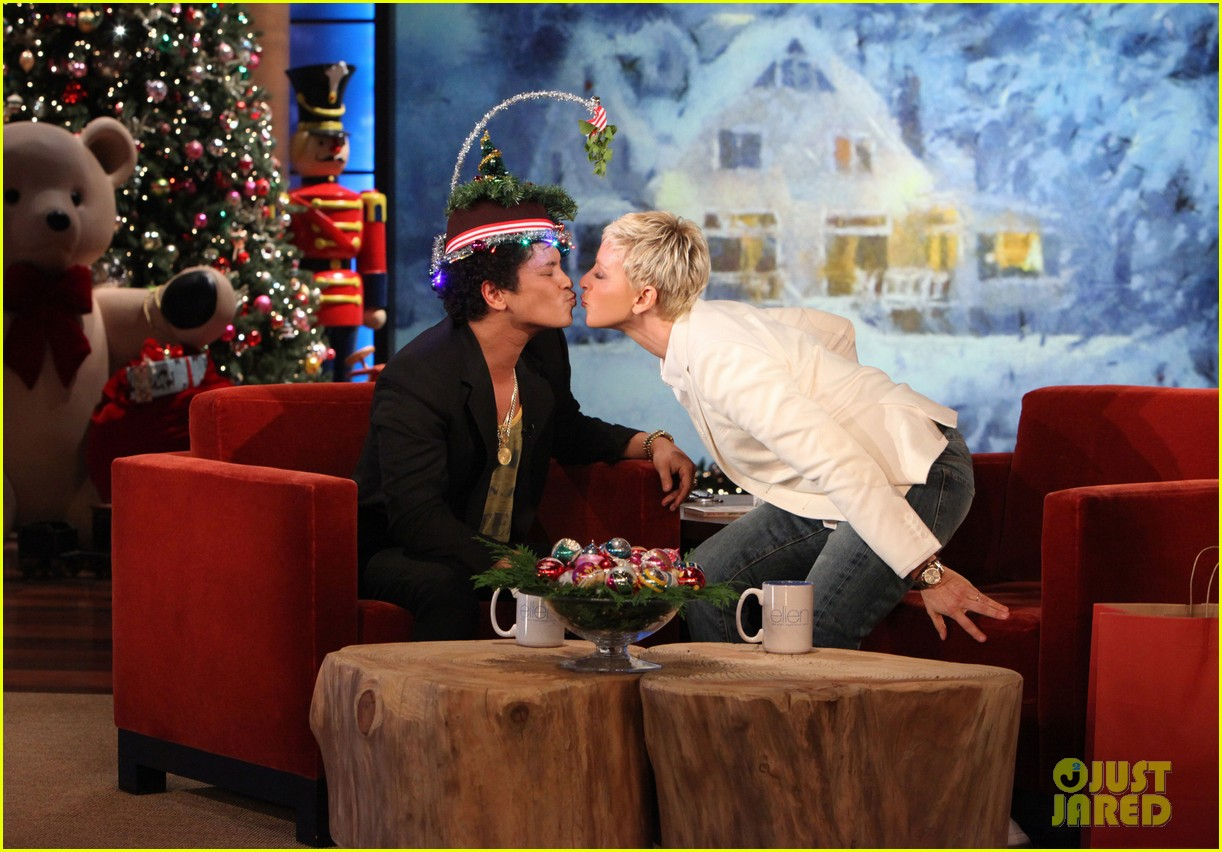 ellen degeneres dedicates show to newtown shooting victims 032777927