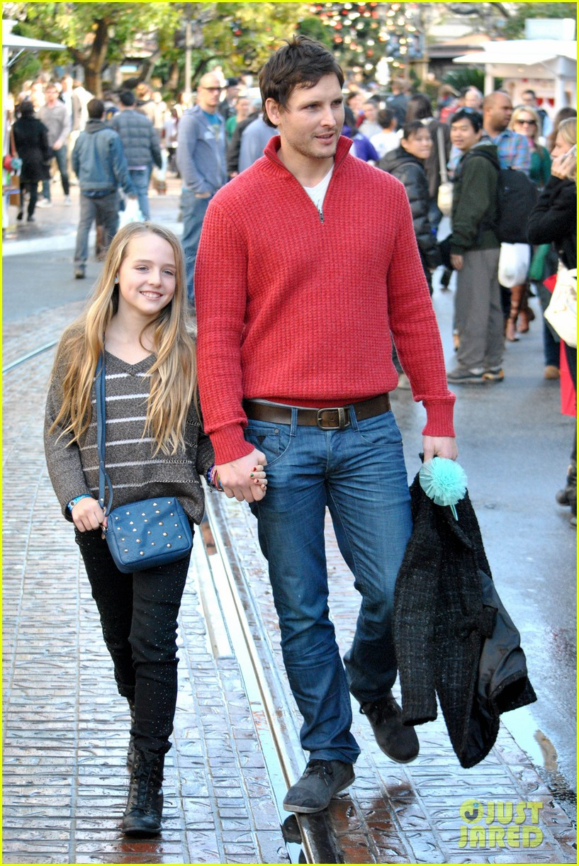 peter facinelli christmas eve shopping with lola 012780766