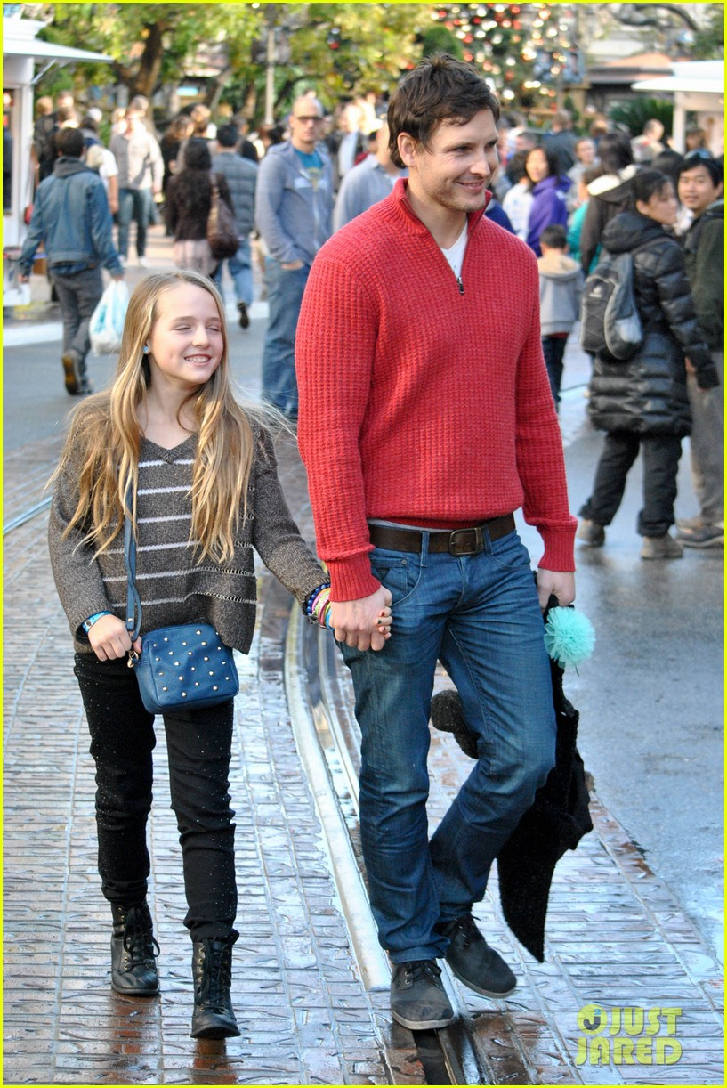 peter facinelli christmas eve shopping with lola 06