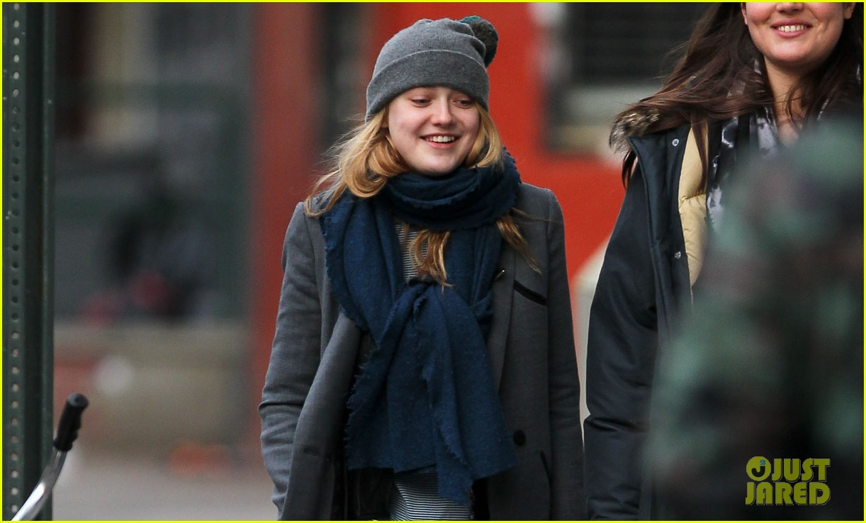 dakota fanning chilly soho stroll 02