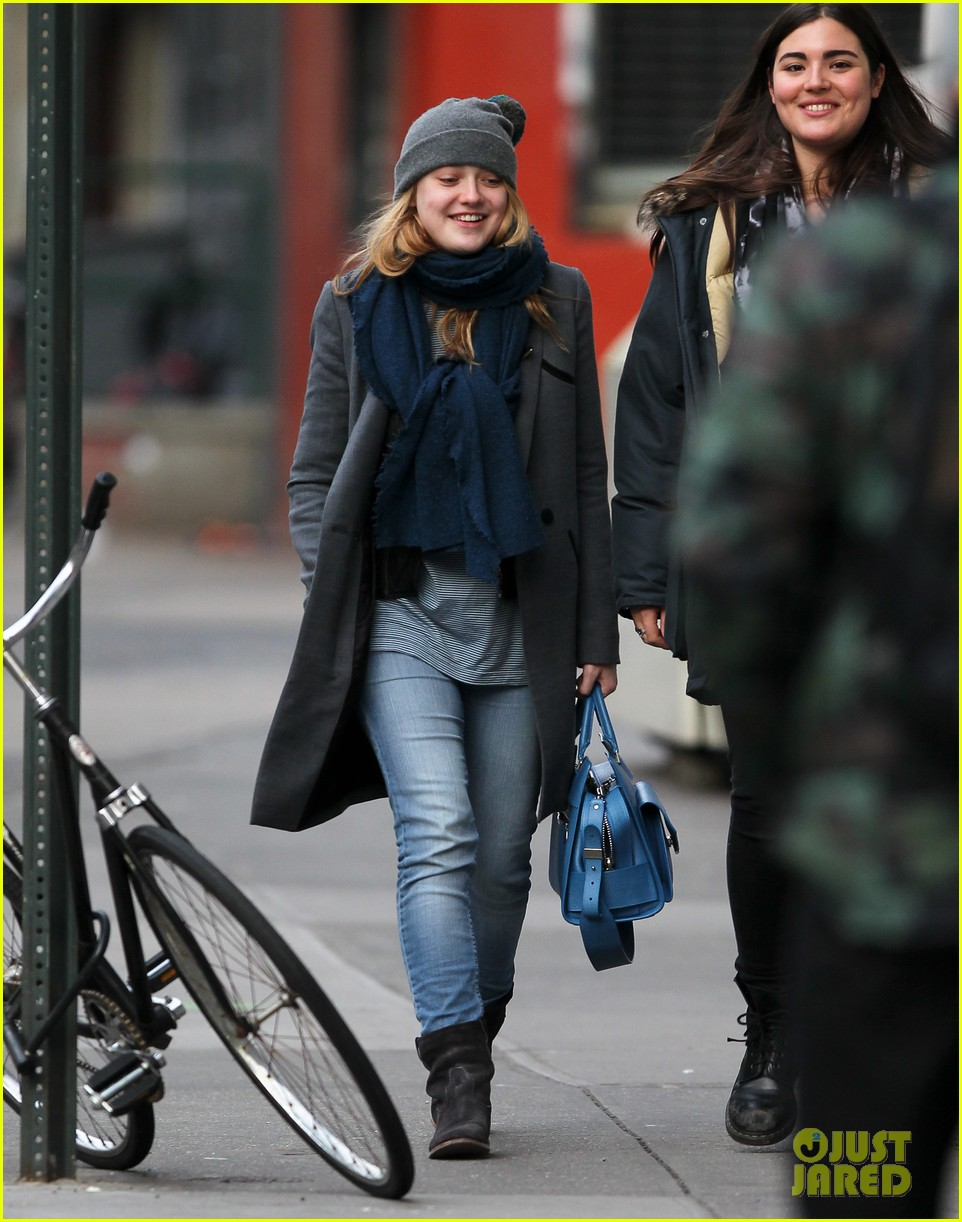 dakota fanning chilly soho stroll 04