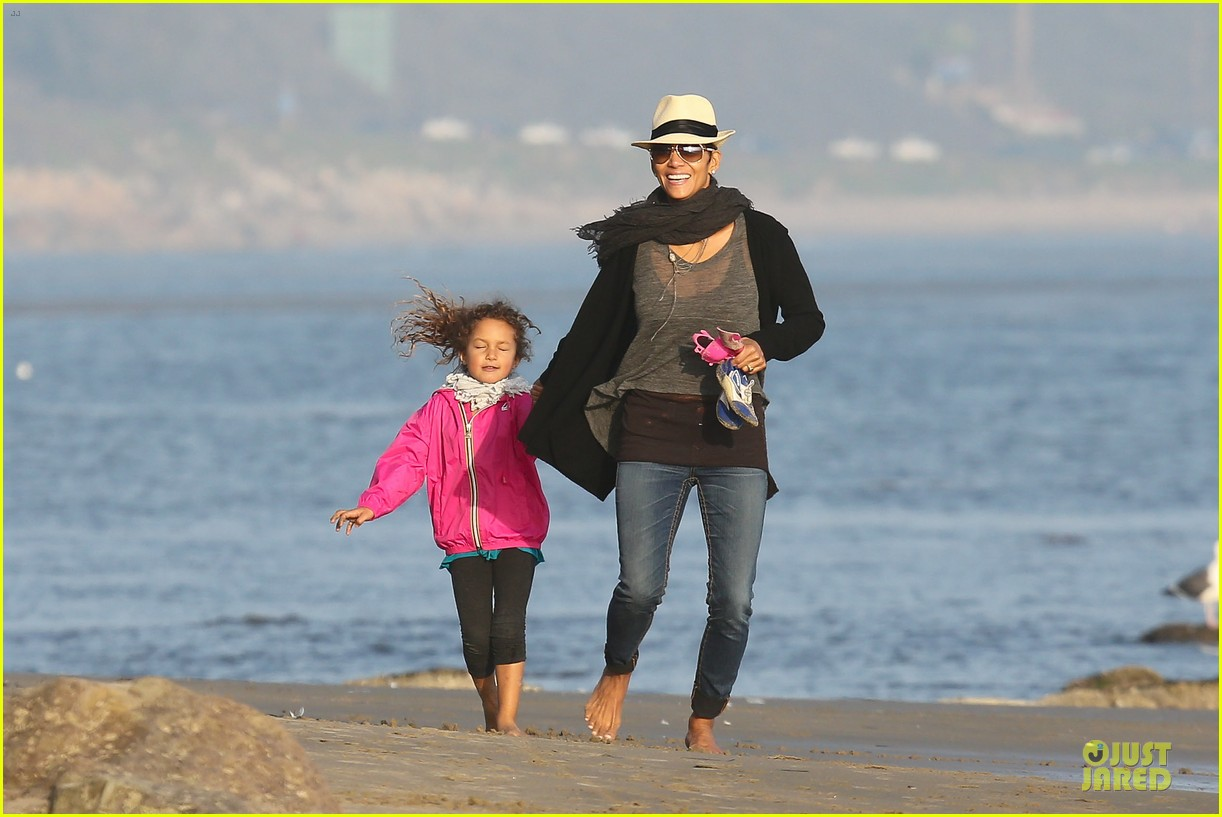 halle berry beach strolling duo 102772479