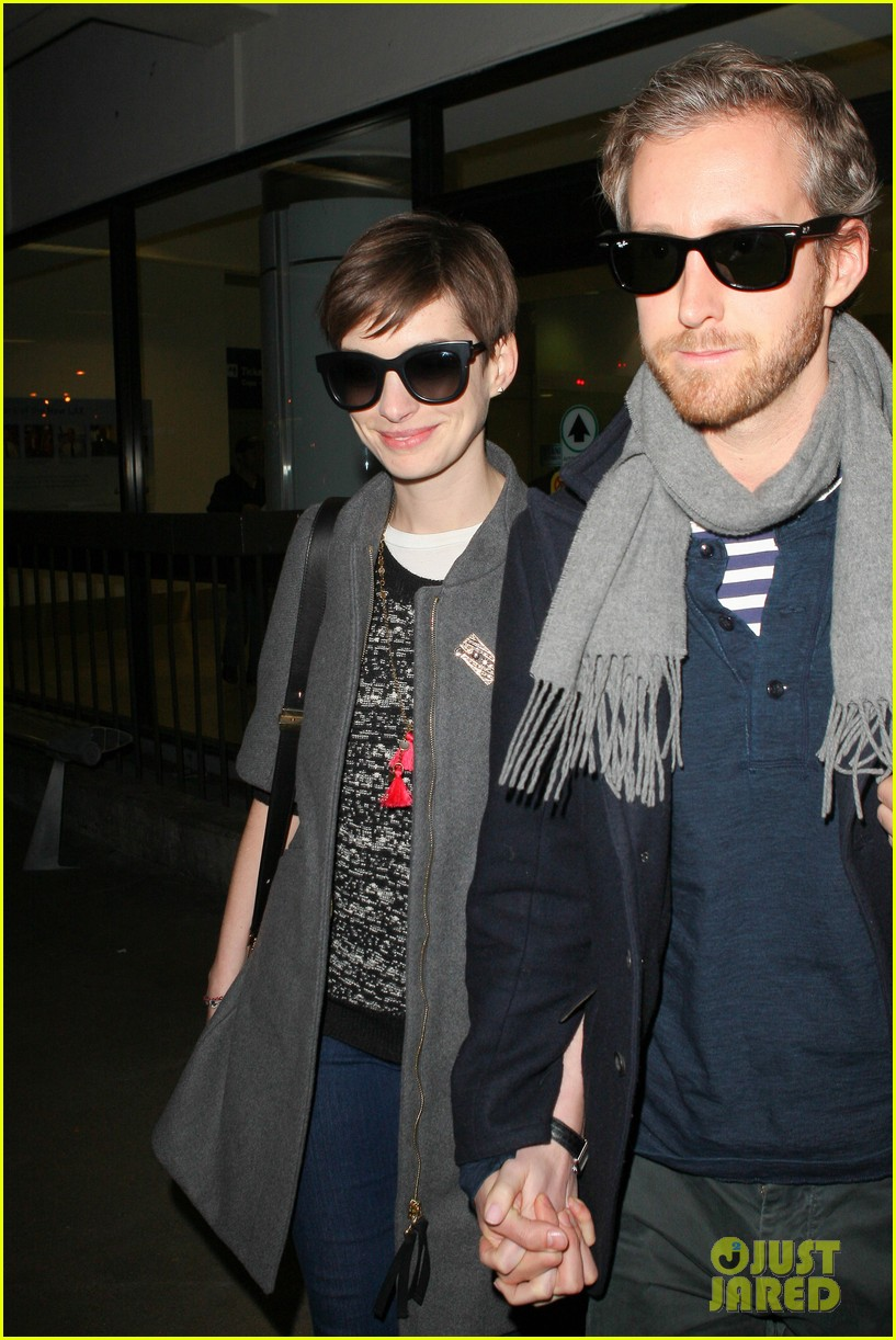 anne hathaway adam shulman hold hands after wardrobe malfunction 02