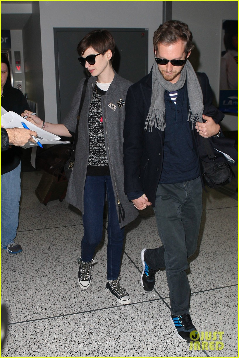 anne hathaway adam shulman hold hands after wardrobe malfunction 03