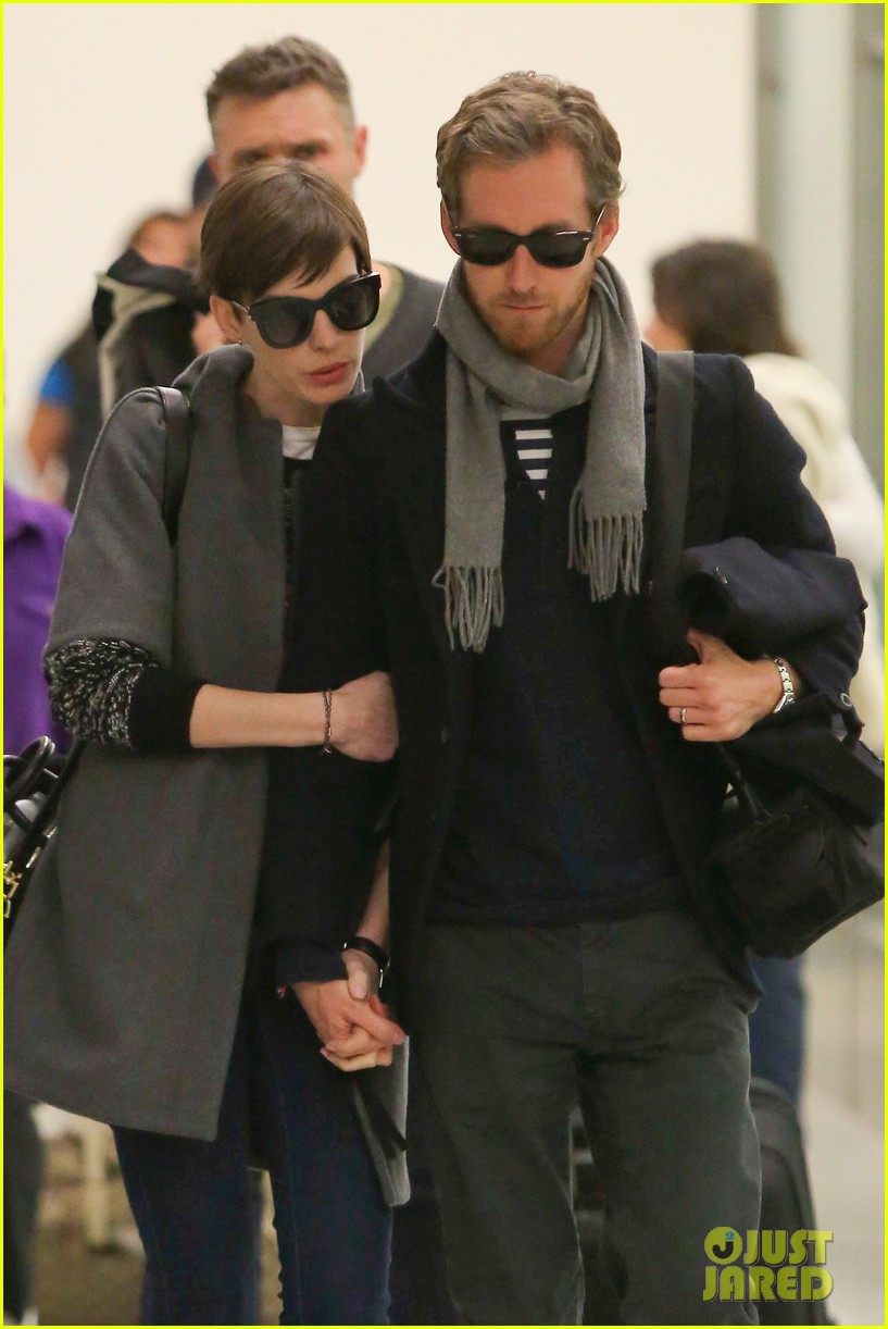 anne hathaway adam shulman hold hands after wardrobe malfunction 04