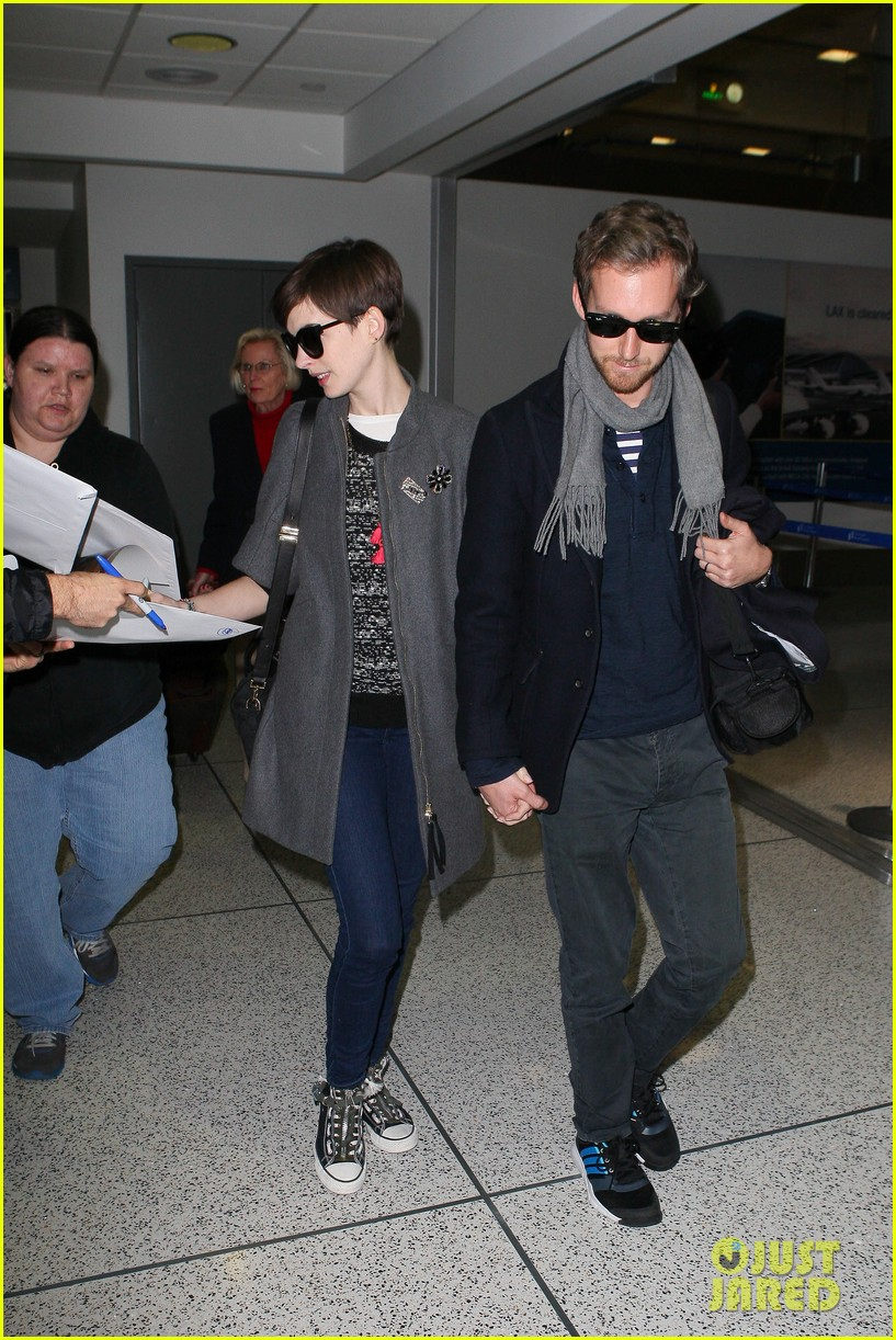 anne hathaway adam shulman hold hands after wardrobe malfunction 07