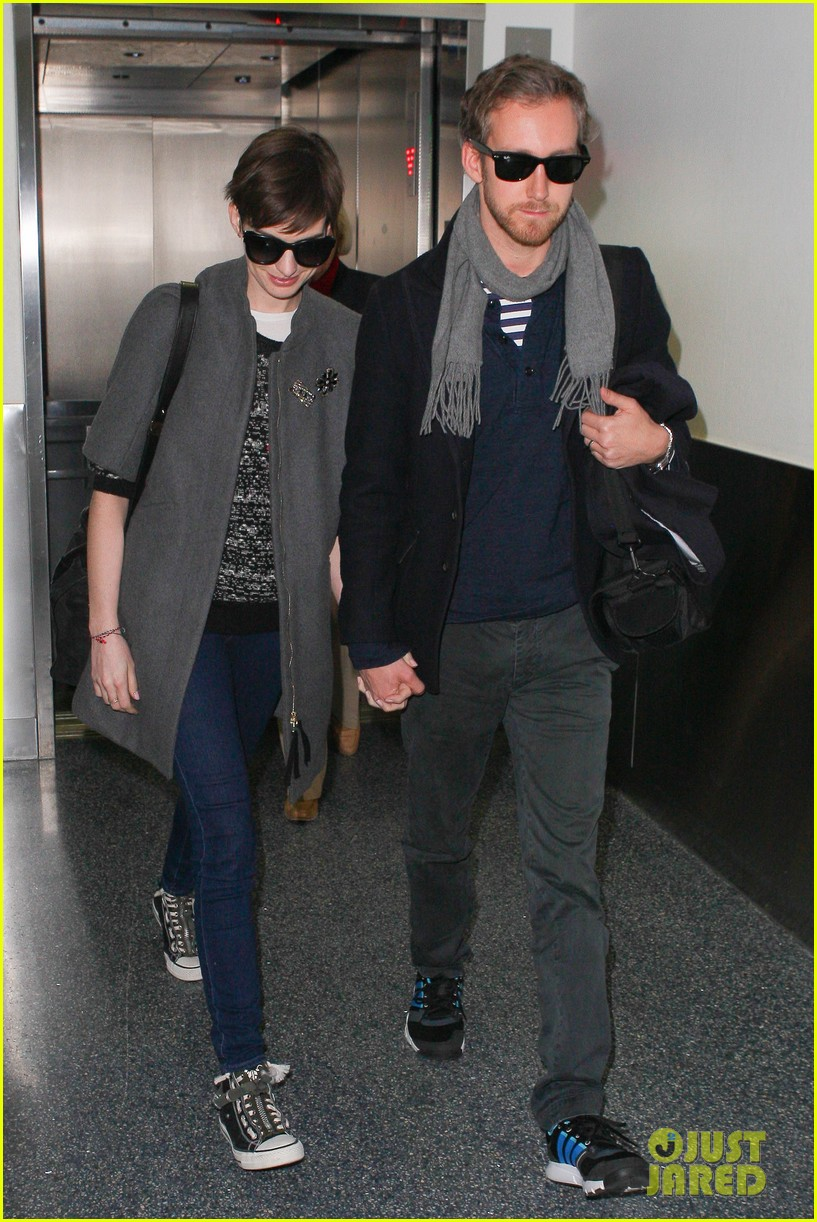 anne hathaway adam shulman hold hands after wardrobe malfunction 13