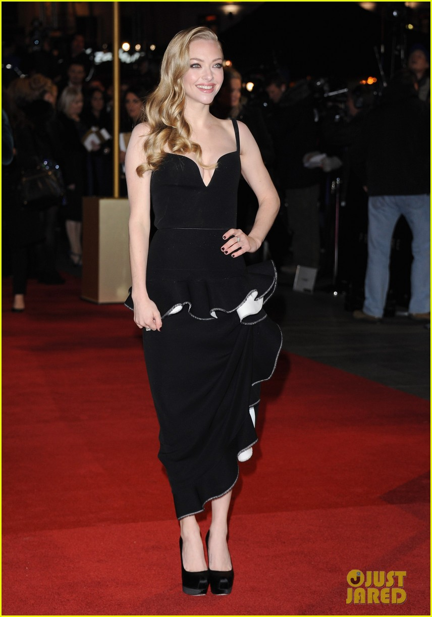anne hathaway amanda seyfried les miserables world premiere 09
